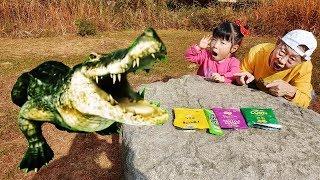 으악 악어다!! 쓰레기를 함부로 버리면 안돼요!! 마법 텐트 장난감 놀이 Yuni Pretend Play with Playhouse Tent Toy - 로미유브이로그 Romiyu