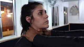 Defesa de esganamento do agressor com uma mão no pescoço