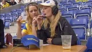 To piger som speaker ved Brøndby - FCK på Brøndby stadion den 23/8-2003 (FCK vinder 1-0)