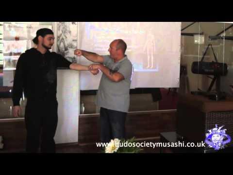 Kyusho Jitsu - gezielte Fingerstöße auf die Vitalpunkte