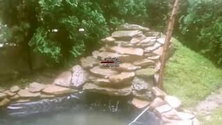 Oczko wodne z kaskadą napędzane elektrownią wiatrową