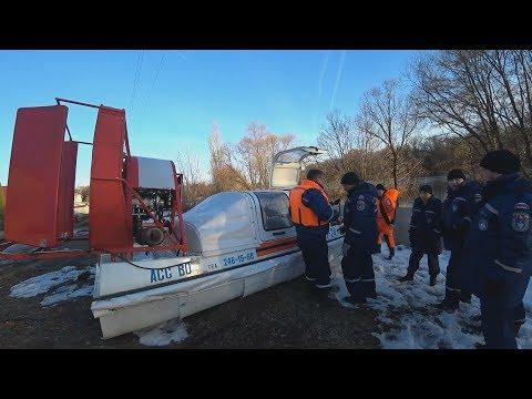 Воронежские спасатели ломают лёд аэроглиссером на Усманке в Новой Усмани