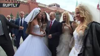 بالفيديو.. عارضة أزياء تلتقط سيلفي مع بوتين في عيد موسكو