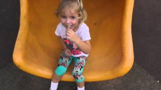 Видео для детей Девочка играет на игровой площадке – одно из самых красивых видео на детском канале