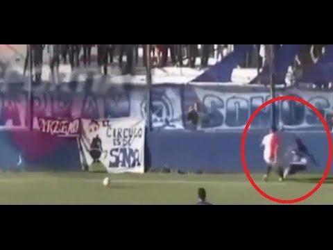 شاهد لحظة مقتل لاعب في مباراة بالدوري الأرجنتيني thumbnail