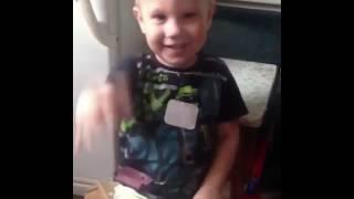 Мальчик плачет когда ему поют песню про собаку
