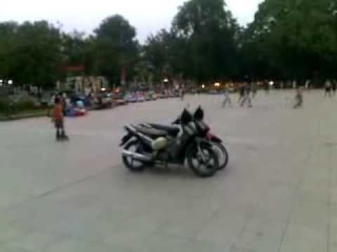 trượt patin nhảy qua 2 xe máy