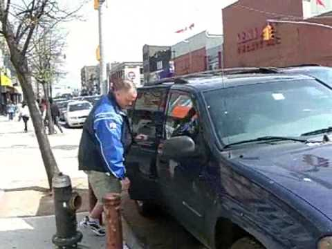 Off Duty NYPD Officer blocks fire hydrant while shopping