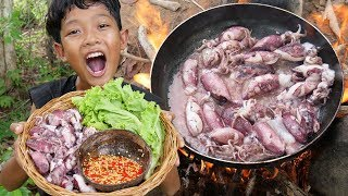 Survival Skills - Cooking squid and eating in the forest Ep34