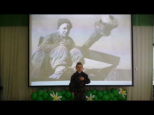 Изображение предпросмотра прочтения – ДанилПешков читает произведение «Майор привез мальчишку на лафете» К.М.Симонова
