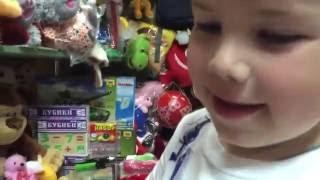 Макс покупает Игрушки.Лазерный мечь, лизун. Max buys toys.Laser sword(, 2016-06-06T15:44:41.000Z)