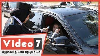 الشرطة توزع الهدايا والورود على المواطنين وسط فرحة عارمة