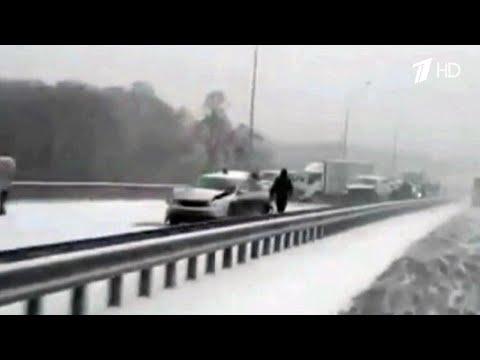 Десятки автомобилей столкнулись в Приморье из-за сильного снегопада.