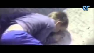 Мальчик упал к горилле, смотрите что было.