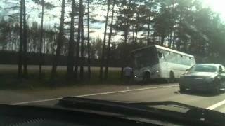 Пассажиры решили вызвать такси(24 мая 2011 года на Мурманском шоссе наблюдал такую картину... Автобус в кювете, а жертвы коммерческого автопер..., 2011-05-24T18:43:39.000Z)