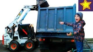 Машины. Погрузчик. Строительная техника в работе Kids video about loader(Привет, ребята! В этой серии Игорюша наблюдает за работой мини погрузчика белого цвета и большим самосвалом..., 2016-11-04T05:00:04.000Z)
