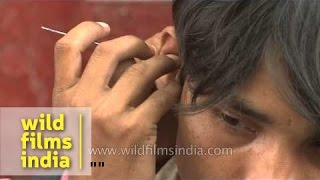 Cleaning ear with pins - It happens only in India