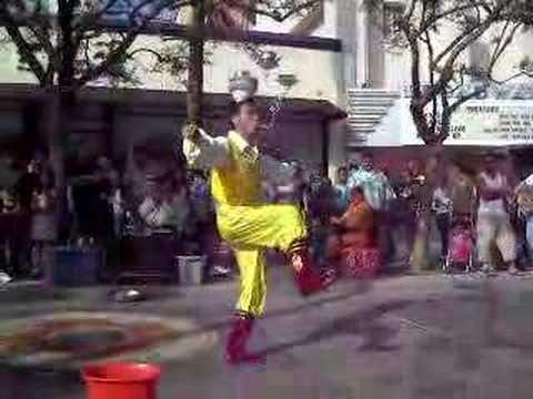 Chinese street performer FUCKIN GOOD