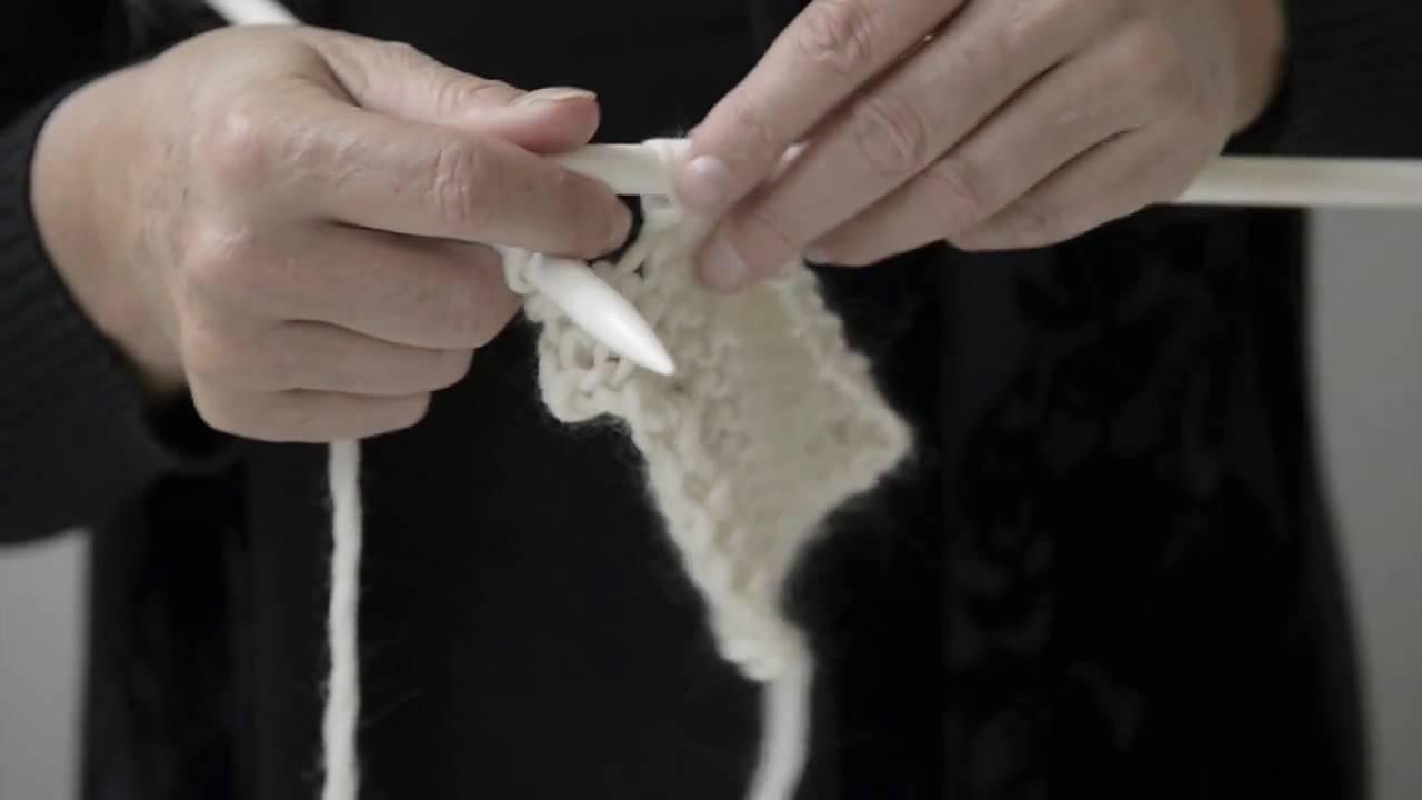Come realizzare il punto maglia rasata  rifinire il capo - Maxi Sciarpa  passo 2 ba66e7aadea6