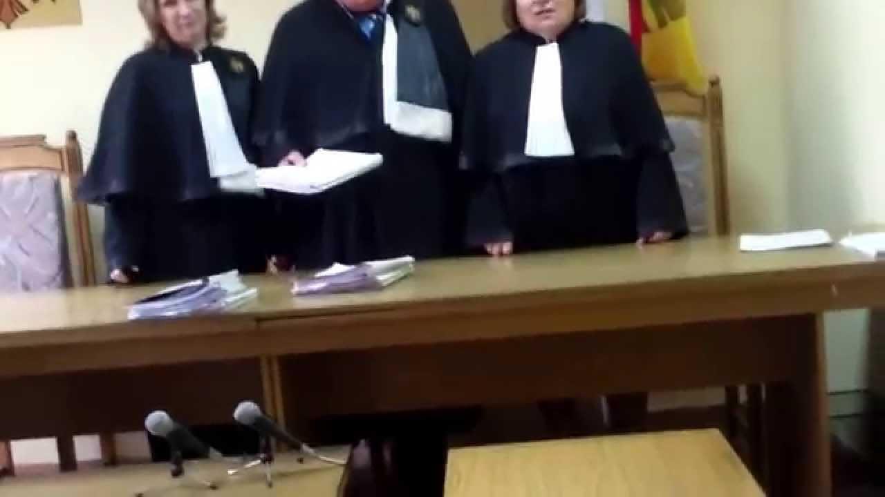 O judecătoare îmi recomandă să renunț la avocații de stat