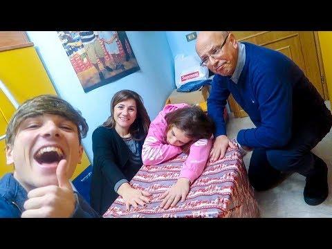 L'ULTIMO CHE TOGLIE LA MANO DAL PACCO REGALO LO VINCE!!! *challenge in famiglia*