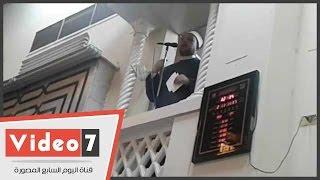 إمام مسجد مصطفى محمود يلقى خطبة الجمعة من الورقة