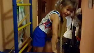 Домашняя тренировка юной гимнастки