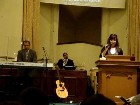 Priscila Luna cantando en el aniversario de la igl...