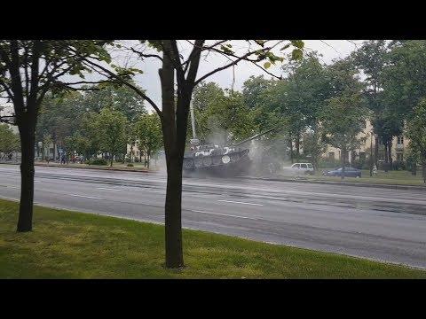 Танковый Дрифт. В Минске на репетиции парада танк врезался в столб
