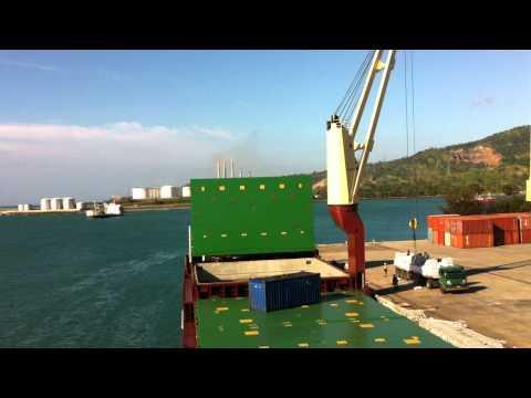 Oslo Bulk vessel discharging bagged rice