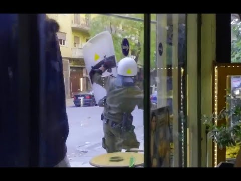 Exarcheia: Anarchists Attack A Riot Police Checkpoint Following The Eviction Of Vancouver Squat