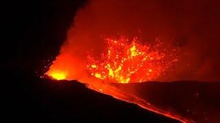 L'etna torna in attività. secondo i vulcanologi sono due le fratture eruttive aperte. la nuova colata era stata annunciata da un aumento dell'attività sismica.…
