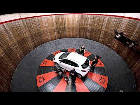 Mazda2 sfida le convenzioni - e la gravità!
