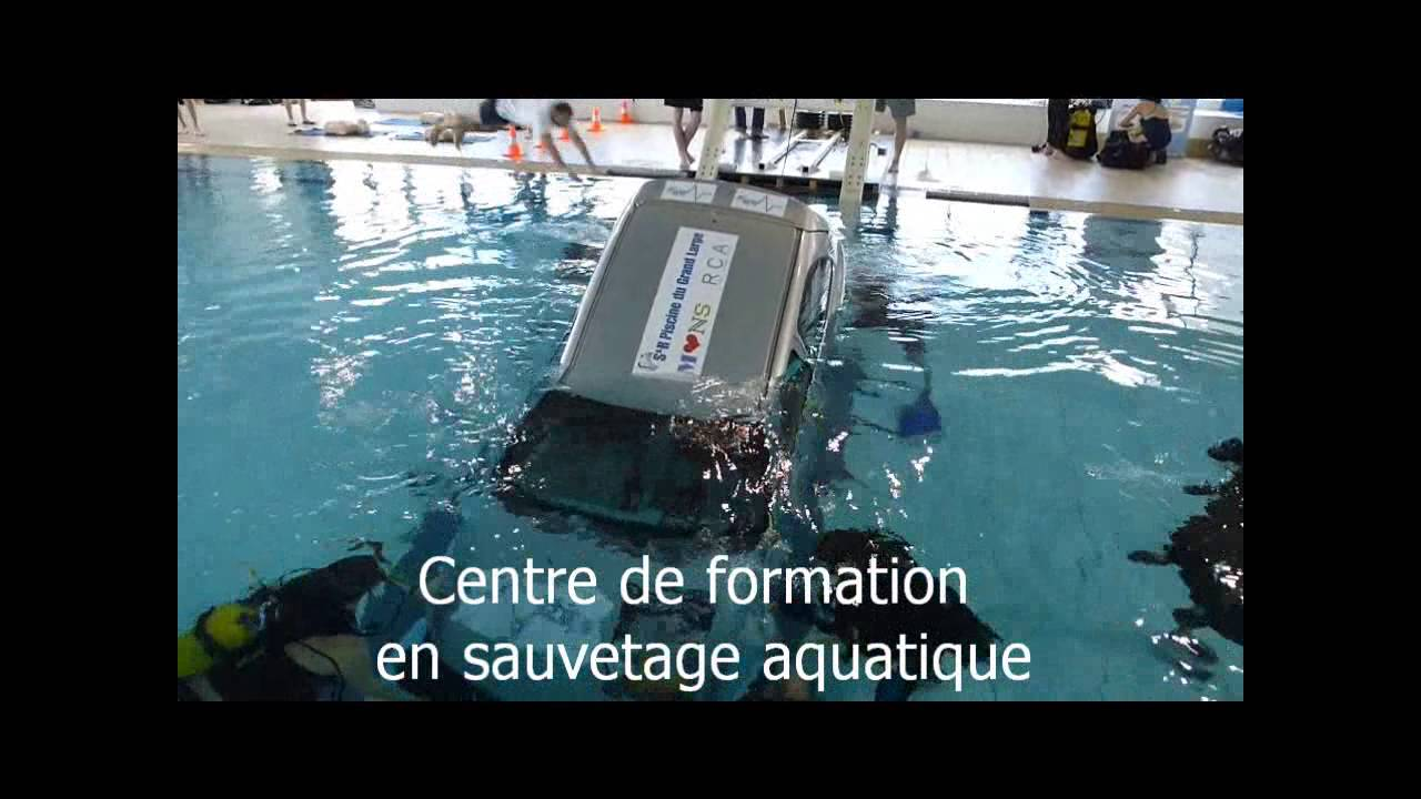 Une voiture tombe accidentellement dans l 39 eau la for A la piscine translation