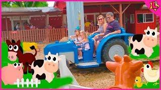 Laurinha finge brincar de fazendinha no parque de diversões com a musica Old MacDonald Had A Farm