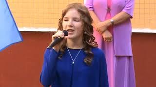Как вам 2 девочка которая поет в синем платье песню будет первый звонок