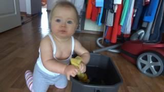 Помогаем маме мыть пол