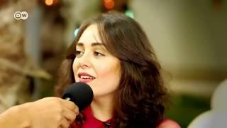 """المطرب محمد محسن يغني """"في قلبي مكان"""" ويتغزل بزوجته هبة مجدي علي الهواء"""