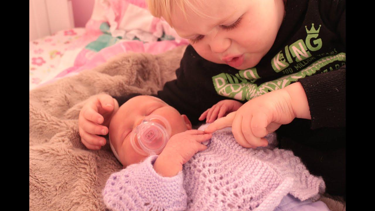 Big Brother prvič sreča sestro dojenčkov - Youtube-8502