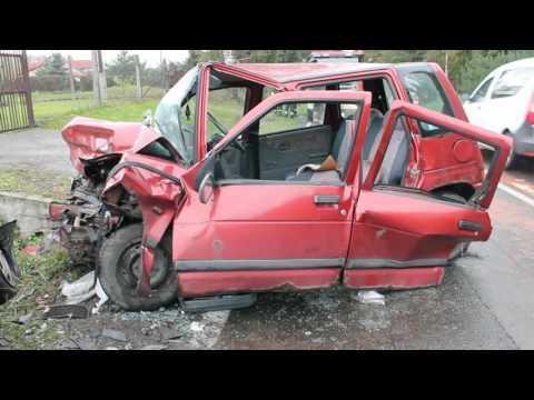Zmiażdżone daewoo tico w wypadku drogowym we Włosienicy.