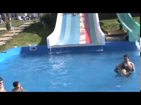 Ni os jugando en pileta en tobogan de agua water slide for Tobogan piscina ninos
