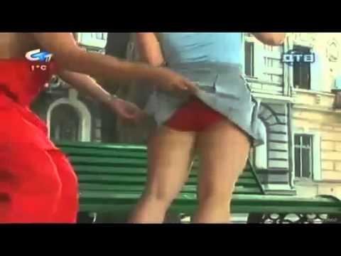Bromista levanta faldas de mujeres | www.Ranvimana.com
