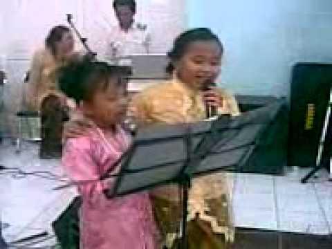 Ibu ibu menyanyi