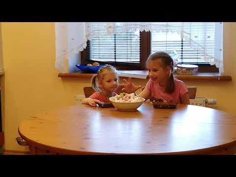 """#candychallenge челлендж """"сладости и дети"""" Алиса и Василиса с тарелкой сладостей. Кто победит?"""