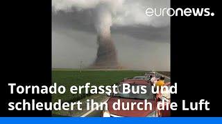 Tornado erfasst Bus und schleudert ihn durch die Luft