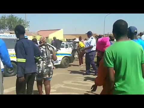 Soweto residents loot.
