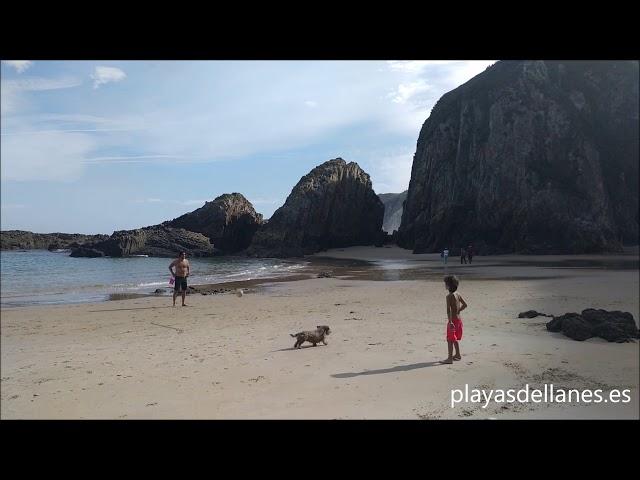 Playa de la Franca: formaciones rocosas y cuevas cerca de Llanes