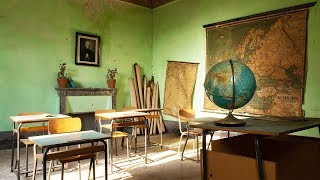 Found Untouched Vintage Classroom in Abandoned School - Urbex Lost Places Italy