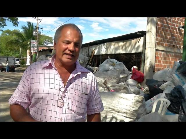 Huilense Alvaro Polanco Recicla Plástico y lo Convierte en Postes