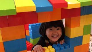 隠れる場所がない!巨大ブロックで家をつくってかくれんぼ!!Color Brick Block House